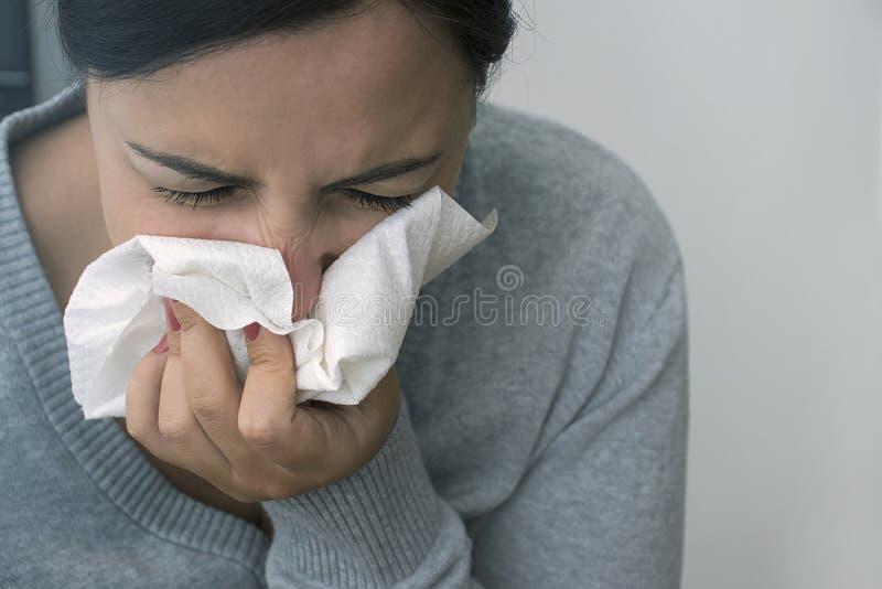 Junge kranke Frau hat die Grippe im Winter Kopieren Sie Platz Sträflinge und Arme lizenzfreie stockfotos