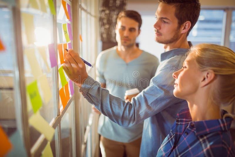 Junge kreative Geschäftsleute stockbild