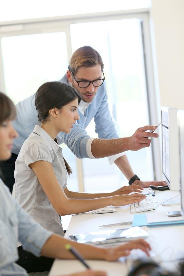 Junge kreative Leute, die im Büro arbeiten stockfotografie