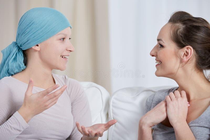 Junge Krebsfrau mit Freund stockfotografie