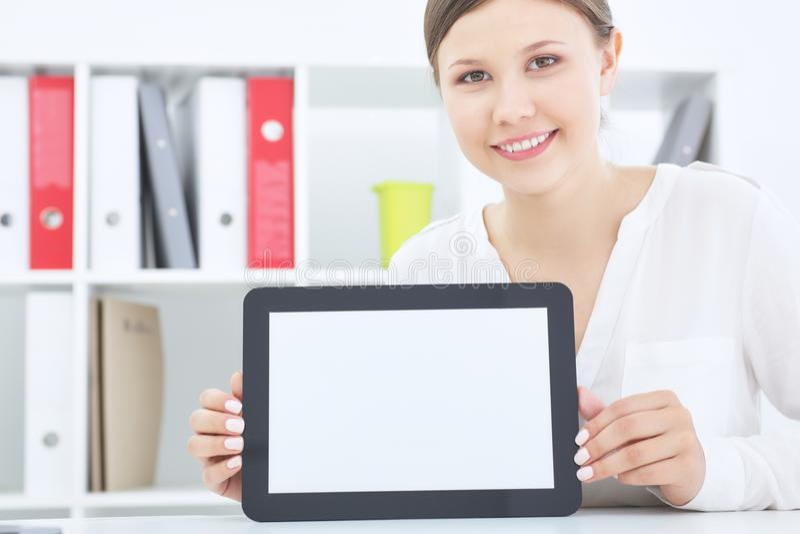 Junge lächelnde Asiatin, die das Tablet-Computer-Schirmlächeln zeigt stockfotos