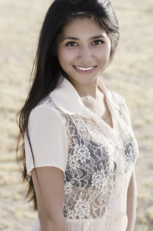 Junge-lächelnde asiatische Amerikanerin stockfotografie