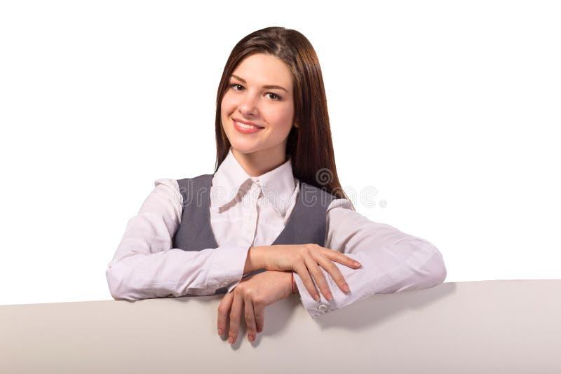Junge lächelnde Brunettefrau mit leerem Brett lizenzfreies stockfoto