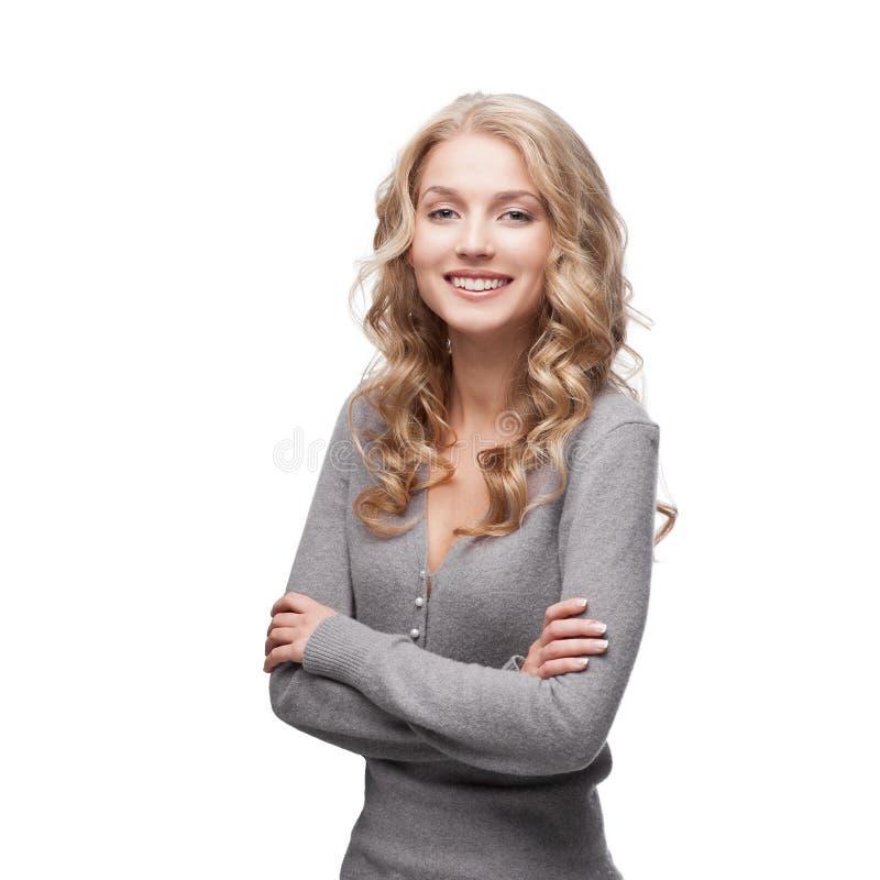 Junge lächelnde Frau lizenzfreie stockfotos
