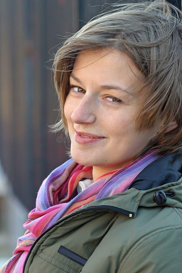 Junge lächelnde Frau lizenzfreies stockfoto