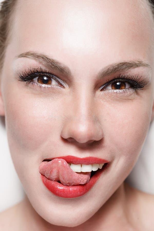 Junge lächelnde Frau lizenzfreies stockbild