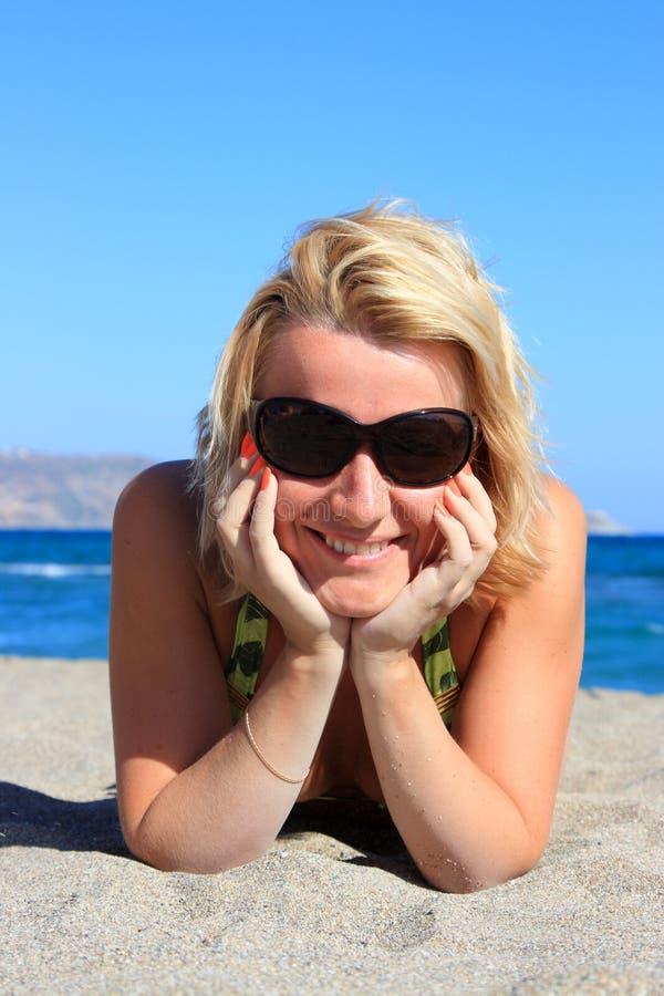 Junge lächelnde Frau auf Seeküste stockfoto