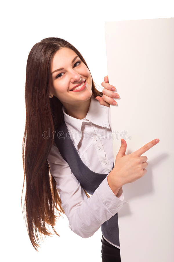 Junge lächelnde Frau, die auf leeres Brett zeigt stockbilder
