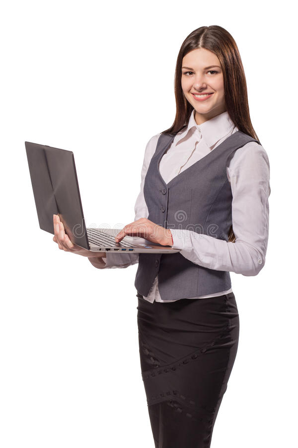 Junge lächelnde Frau, die an dem Laptop lokalisiert arbeitet stockbilder