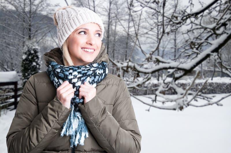 Junge lächelnde Frau, die glücklicher Außenseite glaubt lizenzfreies stockbild