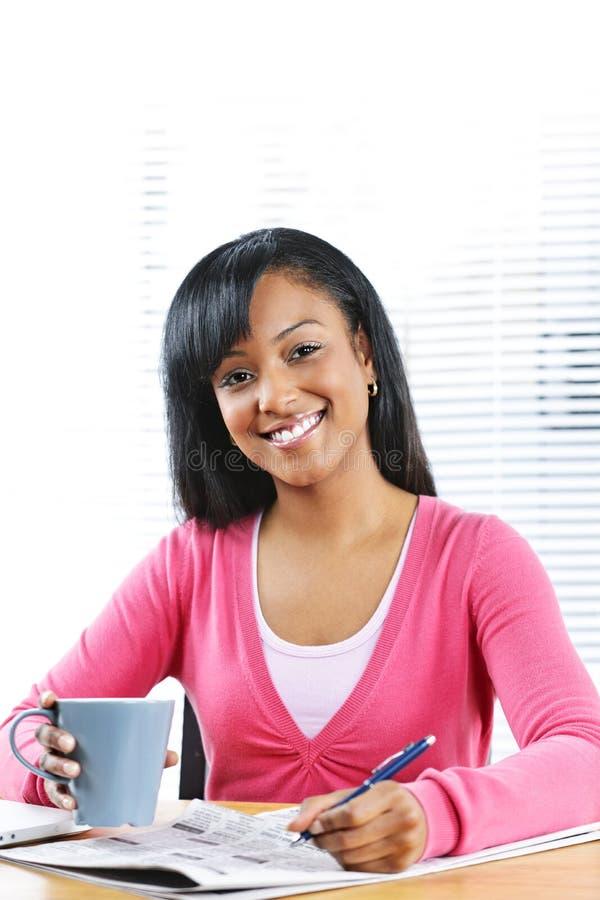 Junge lächelnde Frau, die nach Job sucht lizenzfreie stockfotos