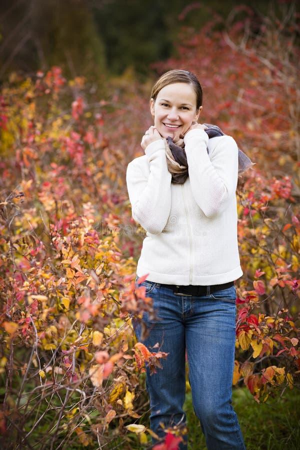 Junge lächelnde Frau im Herbstwald stockbilder
