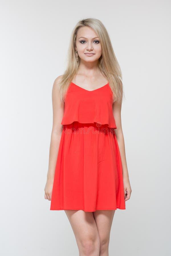 Junge lächelnde Frau im roten Kleid Lokalisiert über weißem Hintergrund stockbilder