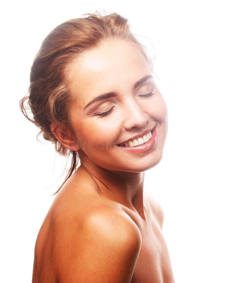 junge lächelnde Frau mit gesunder Haut lizenzfreie stockfotografie