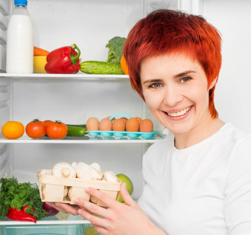 Frau gegen den Kühlraum lizenzfreie stockfotografie