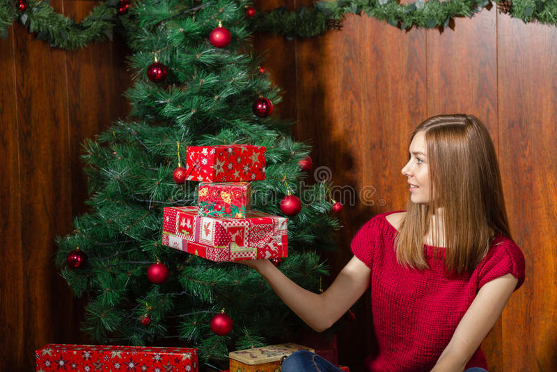 Junge lächelnde Frau mit Weihnachtsgeschenken stockbilder