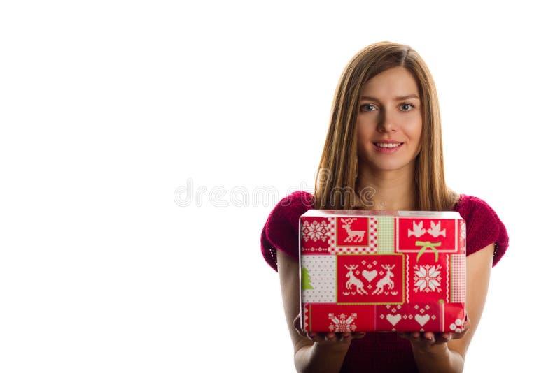 Junge lächelnde Frau mit Weihnachtsgeschenken stockfoto