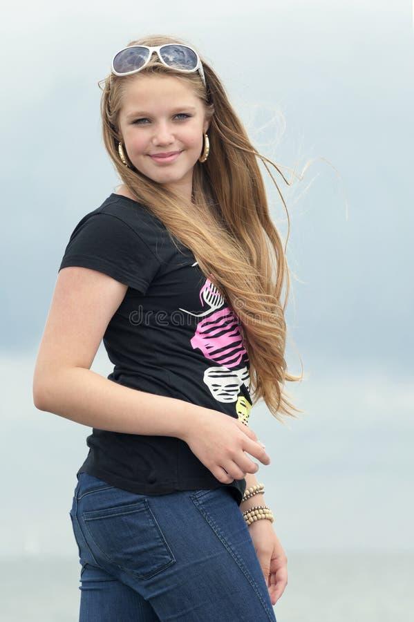 Junge lächelnde Jugendliche lizenzfreies stockfoto