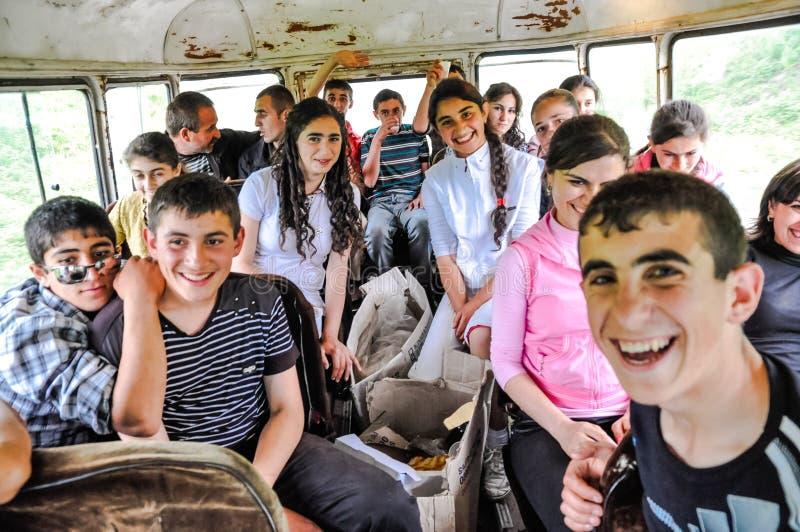 Junge lächelnde Leute im Bergkarabach lizenzfreies stockbild