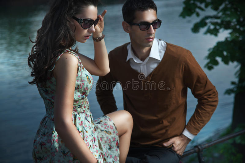 Junge, lächelnde Paare lizenzfreie stockfotografie