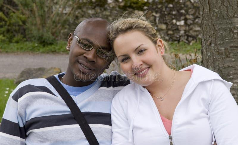 Junge lächelnde Paare stockbilder
