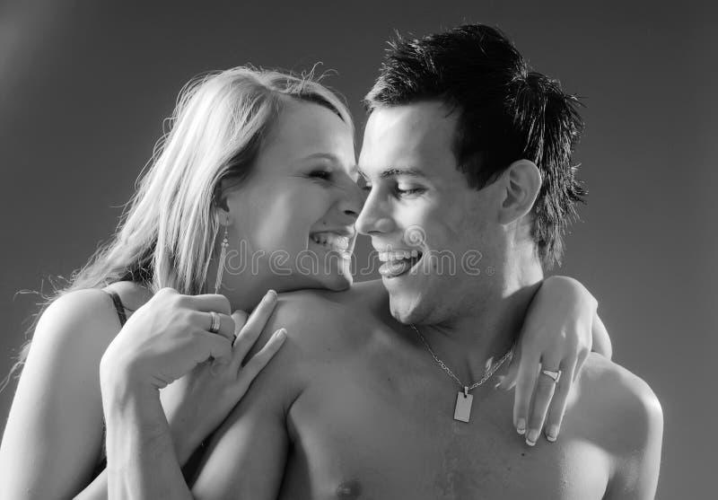 Junge lachende Paare lizenzfreies stockfoto