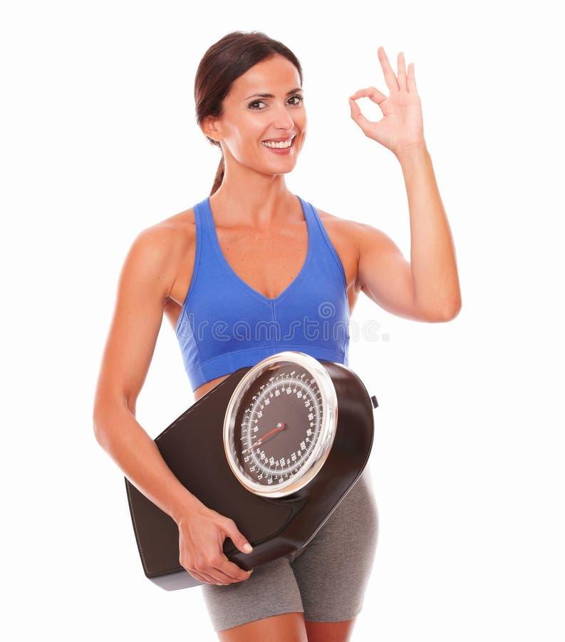 Junge lateinische Frau, die mit Gewicht glücklich sich fühlt stockfoto