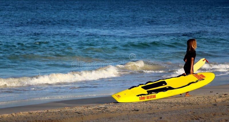 Junge Leibwächter im Training auf cotosloe setzen WA Perth auf den Strand stockbilder