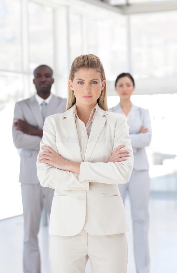 Download Junge Leistungsfähige Schauende Geschäftsfrau Stockfoto - Bild von stellring, person: 9098768