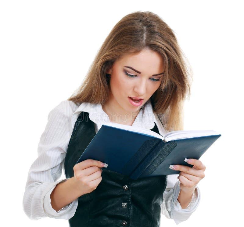 Junge Lesefrau stockbild