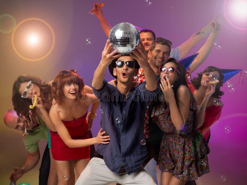 Junge Leute überrascht durch eine Discokugel lizenzfreie stockfotos