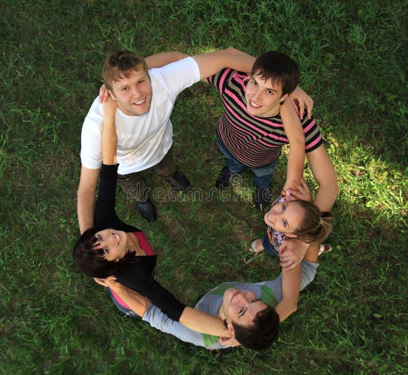 Junge Leute auf Natur. lizenzfreies stockbild