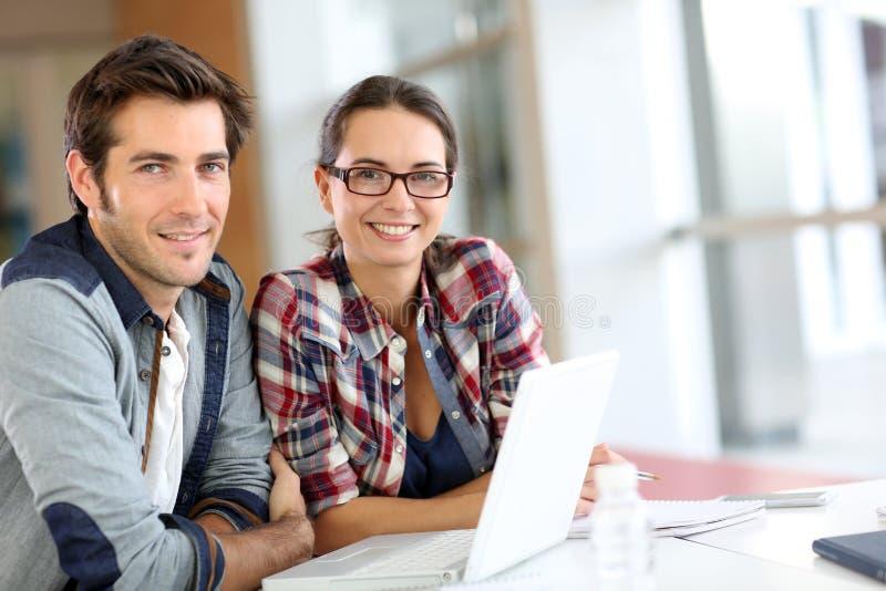 Junge Leute beim Hochschulstudieren lizenzfreie stockfotografie