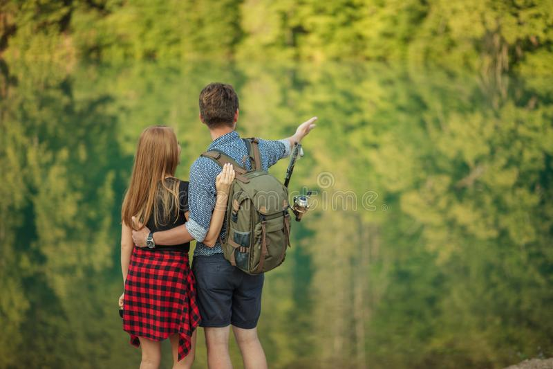 Junge Leute bewundern mit ausgezeichneter Natur stockfotografie