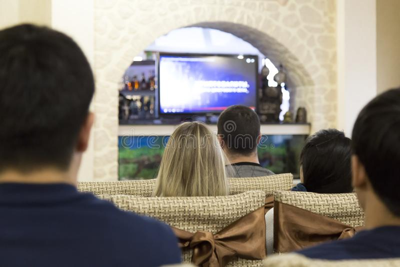Junge Leute an der Darstellung des Networkmarketings stockbilder