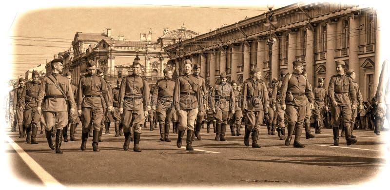 Junge Leute in der Uniform des zweiten Weltkriegs. lizenzfreies stockfoto