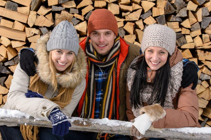Junge Leute in der Winterkleidung, die draußen aufwirft stockbild