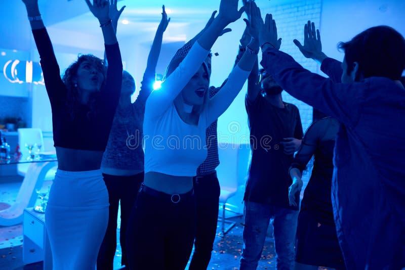 Junge Leute, die an der Hausparty tanzen lizenzfreie stockbilder
