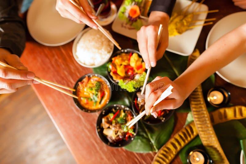 Junge Leute, die in der siamesischen Gaststätte essen stockfoto