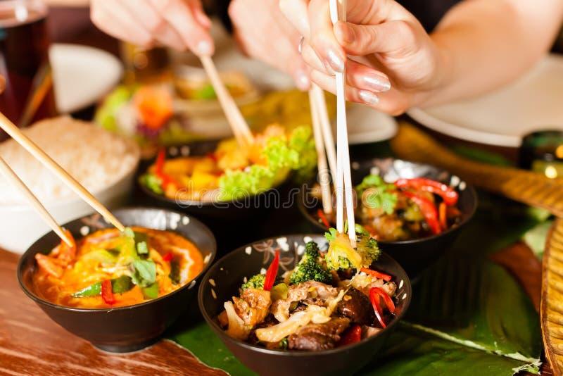 Junge Leute, die in der siamesischen Gaststätte essen stockbilder