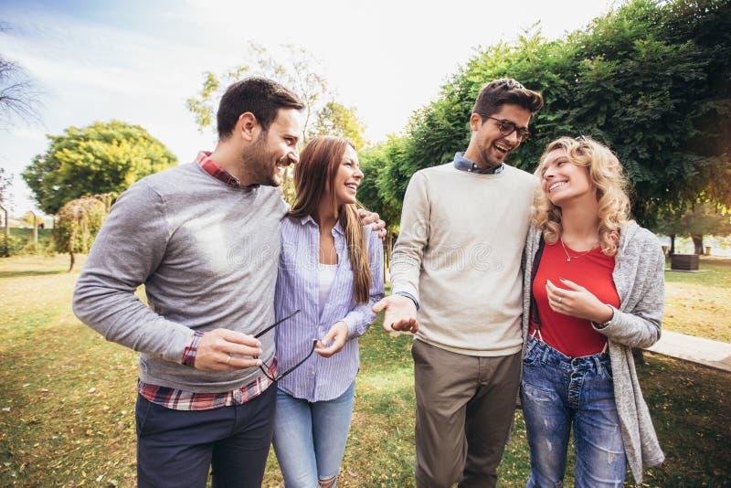 Junge Leute, die durch Park gehen Freunde, die den Spa? im Freien haben stockfoto