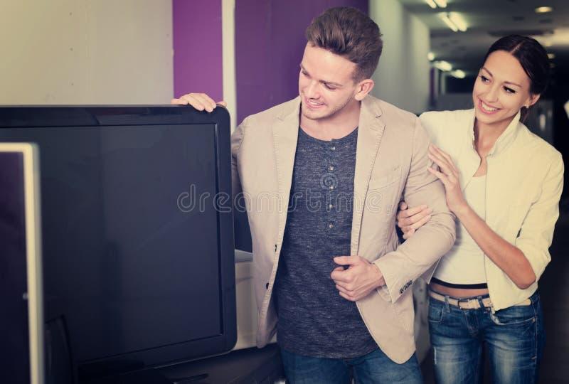 Download Junge Leute, Die FlachbildschirmFernseher Kaufen Stockfoto - Bild von erwerb, paare: 90235986
