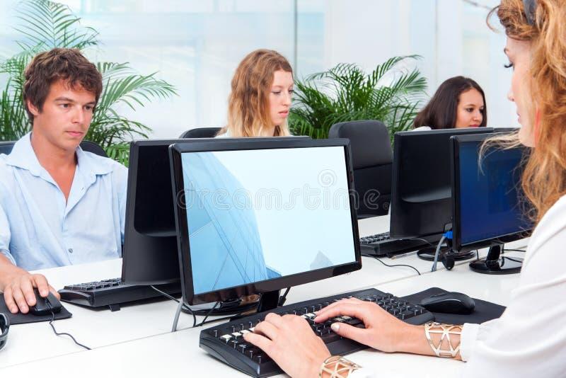 Junge Leute, die im Büro zusammenarbeiten. stockfotografie