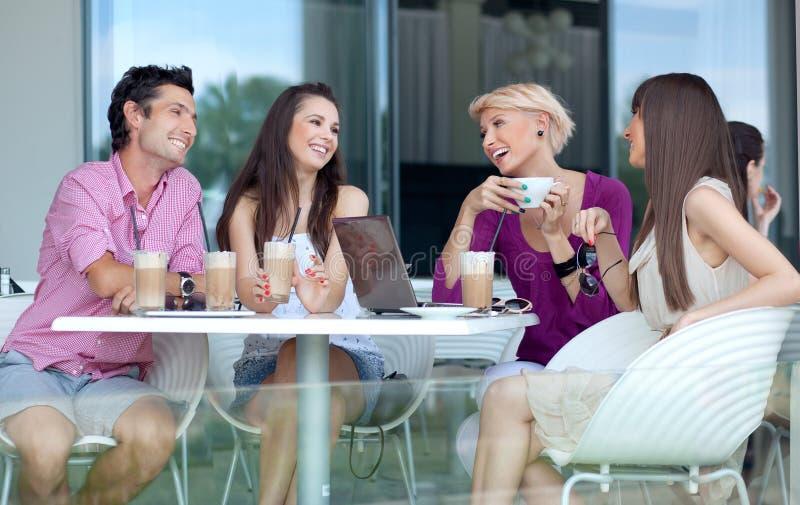 Junge Leute, die Kaffee genießen lizenzfreie stockbilder