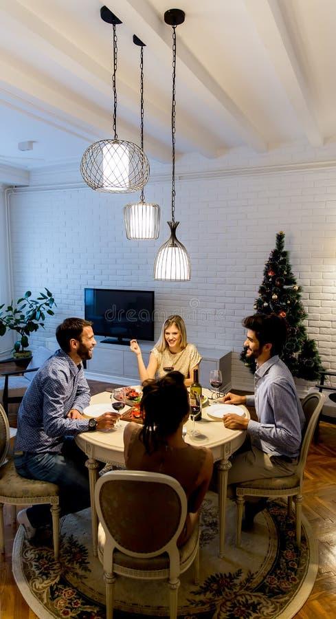 Junge Leute, die neues Jahr feiern und Rotwein trinken lizenzfreies stockfoto