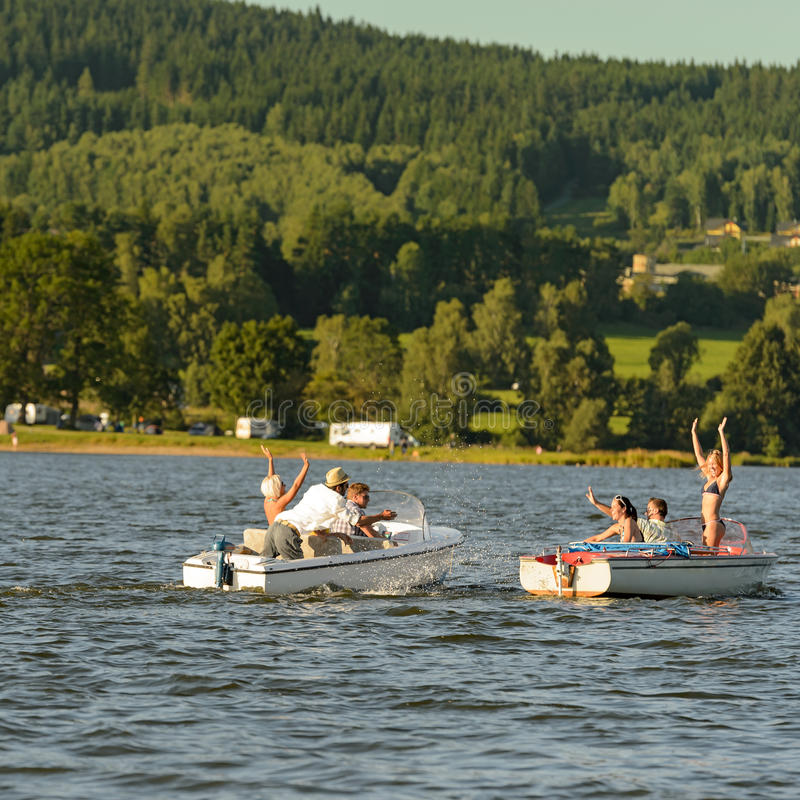 Junge Leute, die Spaß auf Motorbooten haben lizenzfreie stockfotos