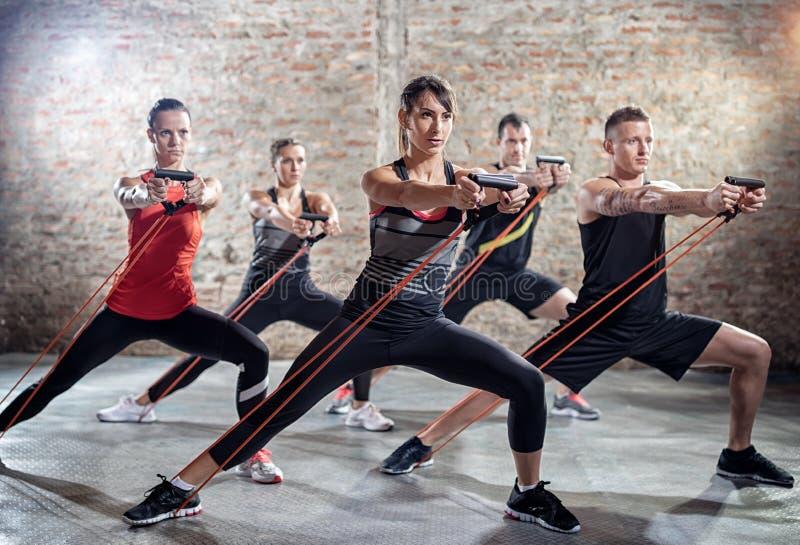 Junge Leute, die Training mit elastischem Band tun lizenzfreies stockbild