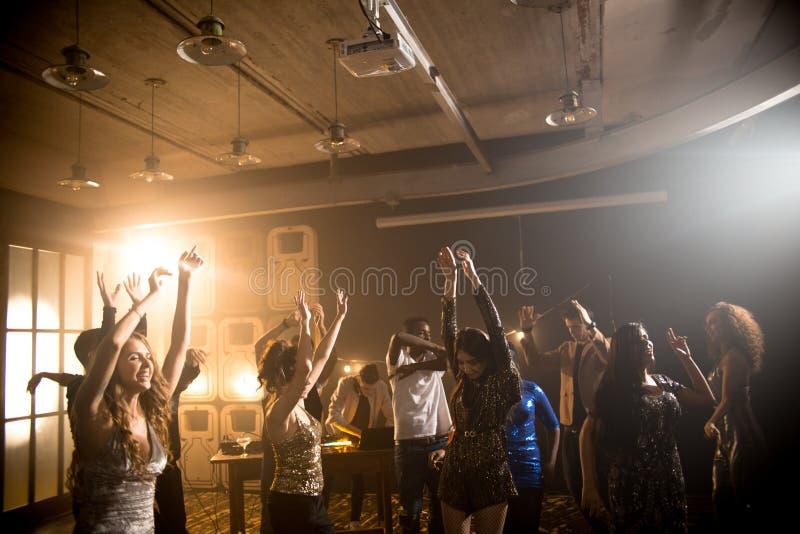 Junge Leute, die in Verein tanzen stockfotografie