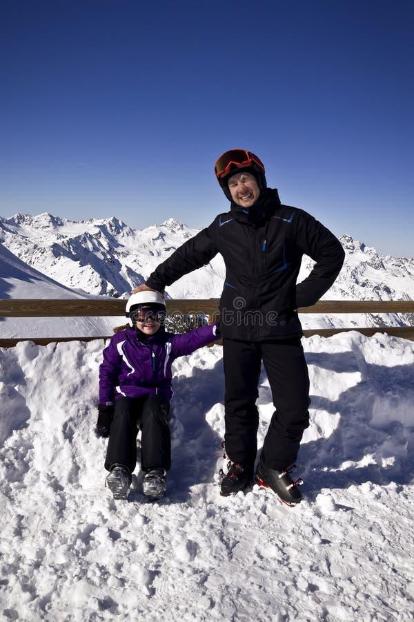 Junge Leute, die Wintersport genießen stockbilder