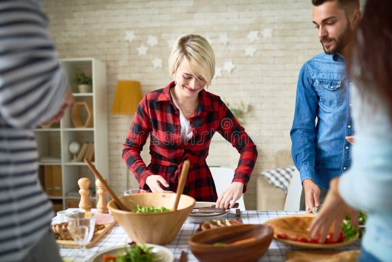 Junge Leute, die zusammen Abendessen machen